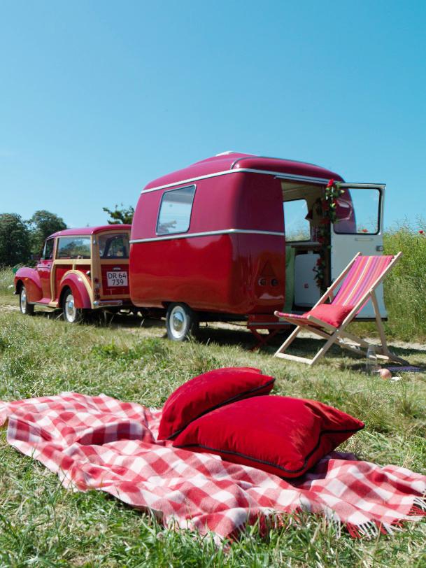 Red Morris Traveler and caravan